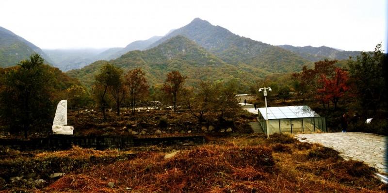 靳新国 摄 位于金祖山景区内的国家级文物保护单位金陵,是北京地区年代最早、规模最大的帝王陵,早在上个世纪80年代末,考古专家就开始调查金陵遗址,当时就发现,在主陵区内距现存清代大宝顶遗迹前约15米处,有一巨型石坑,定名为祭祀坑。 2002年春,北京市文物研究所对祭祀坑遗址进行清理发掘,迄今已从该墓中出土四具石椁,其中的雕龙纹、凤纹汉白玉石椁为国内首次发现,应为皇室专用。根据史书及有关文献记载,金陵主陵区内应埋葬五代帝王,即太祖、太宗、德宗、睿宗、世宗。由于该墓坑位于整个金陵遗址中轴线上,专家初步判定该墓坑