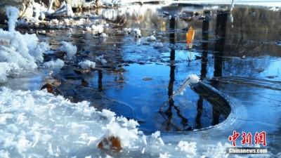 甘肃肃南雪后蓝天辉映雪地冰花