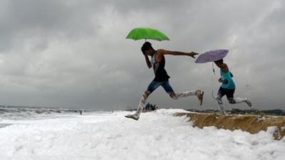 """印度海岸污染泡沫遍布 渔民""""雪地""""中捕鱼"""
