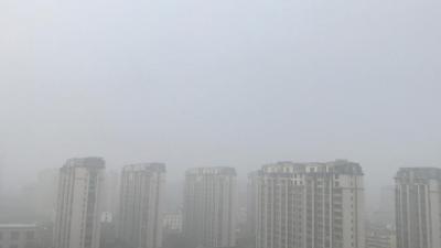 古城扬州大雾弥漫 百米之外楼房隐约可见