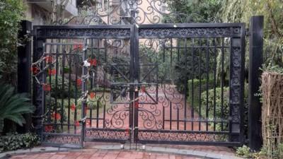 小区消防门被上了17把锁 业主:买别墅就是图清净
