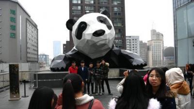 成都闹市巨型大熊猫雕塑成网红打卡地