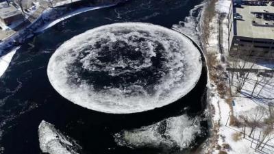神奇!河流中现巨大冰盘 随水流旋转