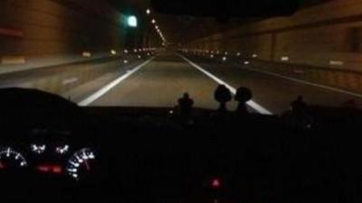 晚上跑高速应该开什么灯?其实很多人都弄错了,没出事算你命大