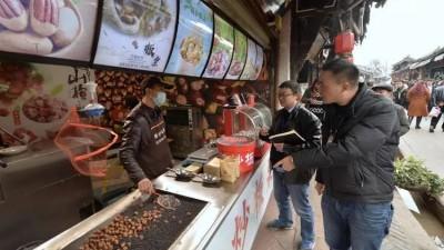 成都景区商家被曝水沟洗餐盘 景区:已纳入黑名单
