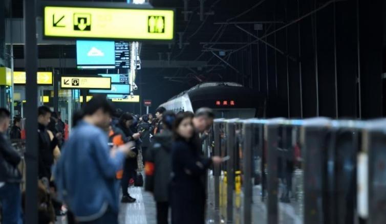 重庆一轨道车站酷似漫画场景吸引市民拍照