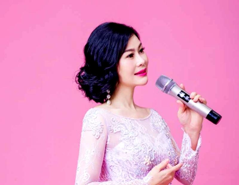 青年歌手奔月用歌声《醉美中国》《中国道路》庆祝新中国成立70周年