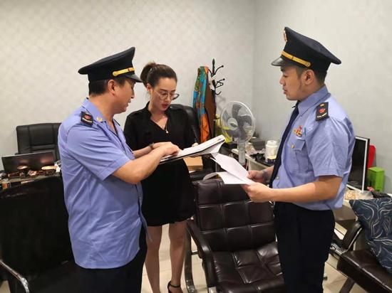 桂林女导游要求游客1小时花两万元 市场监管部门检查6家购物店