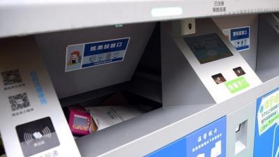 北京一居民小区使用新型分类垃圾桶