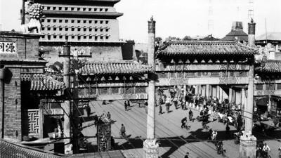 澳大利亚著名摄影家拍摄的民国北京,骆驼队是那时的长途运输工具