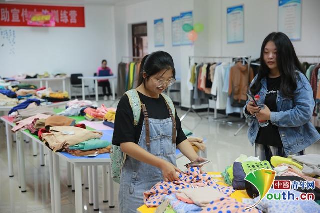 """高校开""""爱心超市""""衣服免费领 志愿服务时长可以当钱花"""