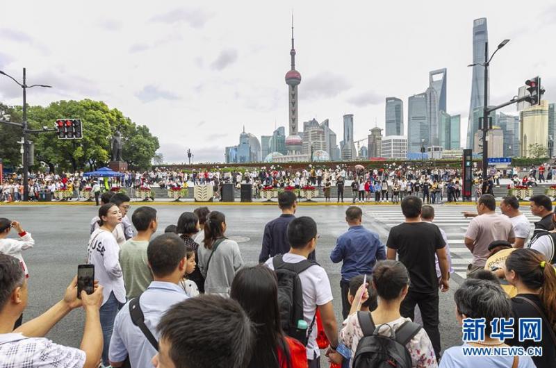 10月2日,市民游客前往外滩观光游览。 当日是国庆长假第二天,市民游客纷纷来到上海市著名景点观光游览。 新华社发 (王翔 摄)