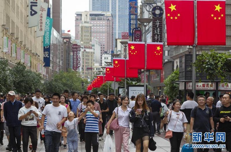 10月2日,市民游客在南京路步行街观光游览。 当日是国庆长假第二天,市民游客纷纷来到上海市著名景点观光游览。 新华社发 (王翔 摄)