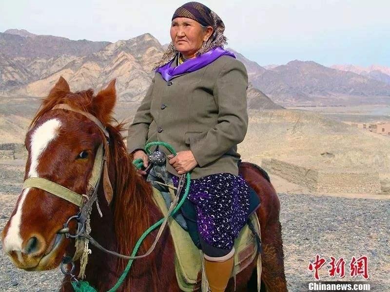 """58年!她行走80000多公里 在十余万块石头上刻下""""中国"""""""