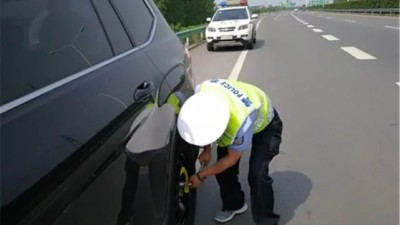 高速应急车道更换备胎被扣6分?交警:记住这3点,不罚还帮你换!