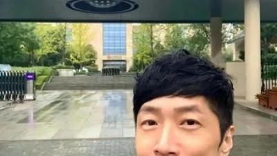 48岁TVB演员北大硕士毕业:寒门出身,一把烂牌如何打出王炸