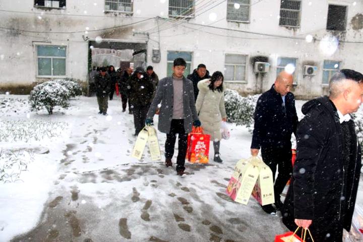 数九寒天爱心传递 大雪纷飞温暖人间