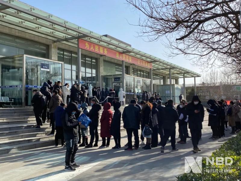 北京摇号新政倒计时:车管所延至20点下班,部分4S店已无车可卖